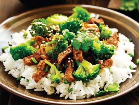 Телешко с броколи по азиатски върху канапе от ориз - снимка на рецептата